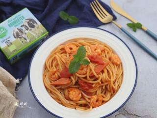 番茄虾仁意大利面,汤汁均匀的沾裹在意大利面上就可以出锅啦!超简单是不是?