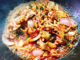 干锅牛蛙,翻炒均匀后加少量清水