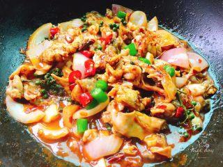 干锅牛蛙,大火煮开转小火慢慢收汁加入青红椒