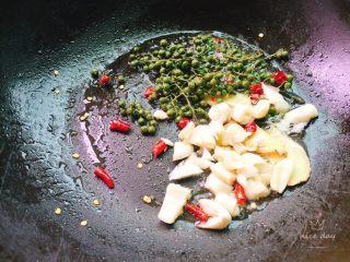 干锅牛蛙,洗锅后再另起油锅,倒入干辣椒,姜片,蒜头,花椒藤爆香