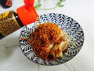 虫草花拌金针菇,倒入30g的凉拌汁