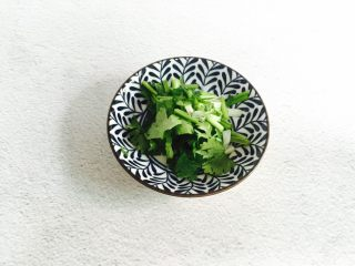 虫草花拌金针菇,香菜洗净切碎