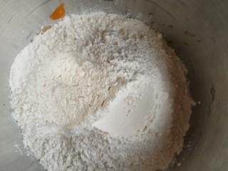 金苹果馒头(肉松包),然后加入面粉和成面团。
