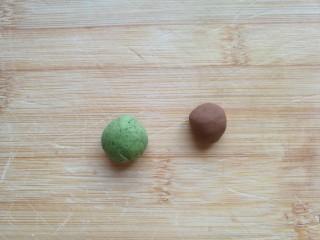 金苹果馒头(肉松包),在和好的面团上取下两小块面团,分别加入可可粉和菠菜粉,揉成咖啡色面团和绿色面团。 不想苹果上加叶子的只需要一点点咖啡色的面团就好了。 没有菠菜粉,可以用菠菜汁加少许面粉和一点酵母和成面团。