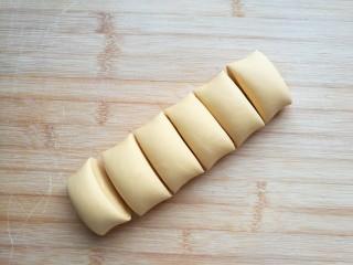 金苹果馒头(肉松包),将揉匀后的面团分割成自己觉得合适的大小,我分成了每个45克。