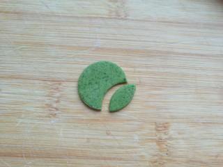 金苹果馒头(肉松包),绿色面团擀薄,如图先用圆形模具切成圆片,再切成叶子状。