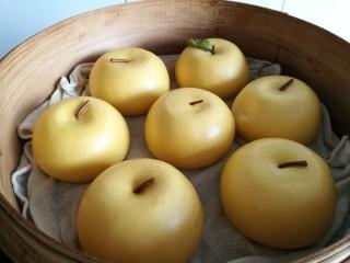 金苹果馒头(肉松包),这时可以开火蒸了。蒸制时间是上汽后15分钟。时间到了关火后过5分钟再揭盖。