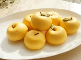 金苹果馒头(肉松包),金灿灿的小苹果特别喜庆。