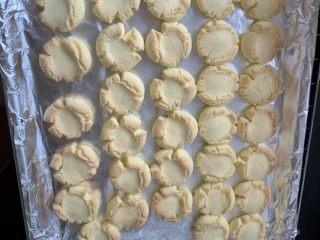 玛格丽特饼干,装完烤盘后,170度上下火烤15分钟  这个是第一次用的普通鸡蛋 其他图片是第二次用的土鸡蛋,所以蛋黄比较黄,饼干颜色也会黄些