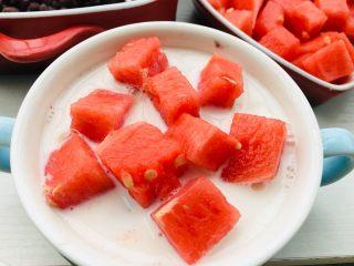 红豆牛奶西瓜冰,铺上西瓜。