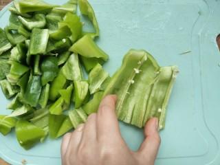 家常尖椒炒豆片,将青椒尖椒切了,尖椒的筋要剃去就没那么辣了。
