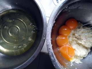 芝士夹心蛋糕,分蛋,将蛋白放进无油无水干净的盆里,蛋黄放进之前做好的面糊