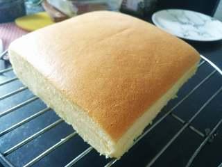 芝士夹心蛋糕,将蛋糕脱模,放在晾网上,揭开四周油纸,稍冷却即可切块享用