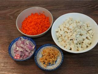 学生营养早餐饼,胡萝卜切丝后剁碎,虾皮洗净剁碎、红葱头去皮切碎、豆腐切碎,豆腐切粒保持有咀嚼感,不能捣成泥。