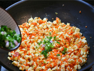 学生营养早餐饼,加入葱碎和香油,搅拌均匀铲入盆中,馅料就做好了。