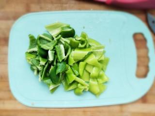 家常尖椒炒豆片,切好备用。