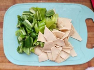 家常尖椒炒豆片,豆片同样切好备用。