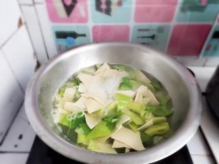 家常尖椒炒豆片,焯1分钟后停火。