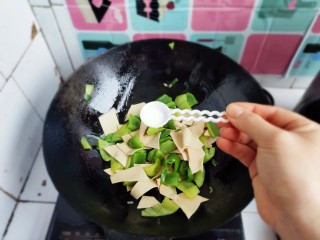 家常尖椒炒豆片,加入适量盐。