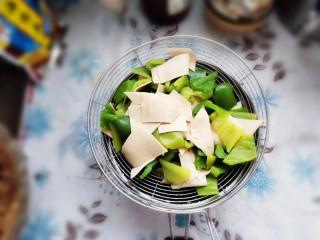 家常尖椒炒豆片,捞出控水备用。