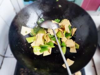 家常尖椒炒豆片,翻炒均匀。