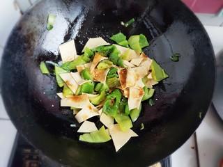 家常尖椒炒豆片,再加入适量生抽。