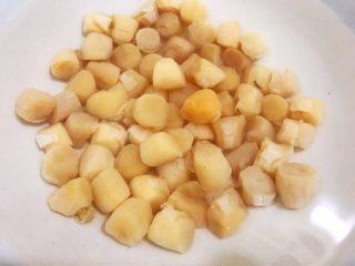 瑶柱咸蛋黄鲜肉粽,瑶柱用清水泡发2个小时 圆糯米和脱皮绿豆用清水泡发2个小时