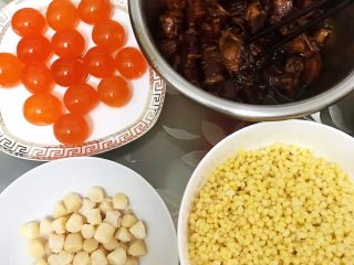瑶柱咸蛋黄鲜肉粽,新鲜咸蛋敲出蛋黄直接使用 瑶柱和泡发好的绿豆沥干水备用