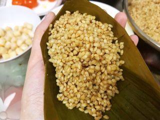 瑶柱咸蛋黄鲜肉粽,表面再盖上一层糯米压实后包好
