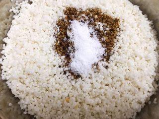 瑶柱咸蛋黄鲜肉粽,泡发好的糯米沥干水加入腌米料