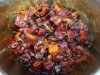 瑶柱咸蛋黄鲜肉粽,搅拌均匀后盖保鲜膜放入冰箱冷藏腌制一晚入味 这步提前完成