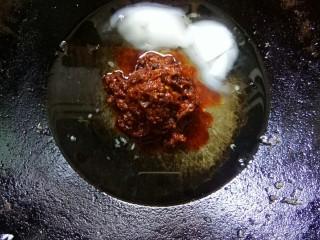 川香豆瓣鱼,炒鸡倒菜籽油,猪油,加郫县豆瓣酱小火炒香。