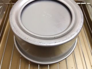 六寸可可戚风蛋糕,出炉震出热气后倒扣在烤架上