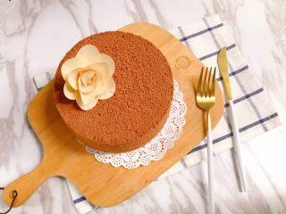 六寸可可戚风蛋糕,等完全凉透后脱模
