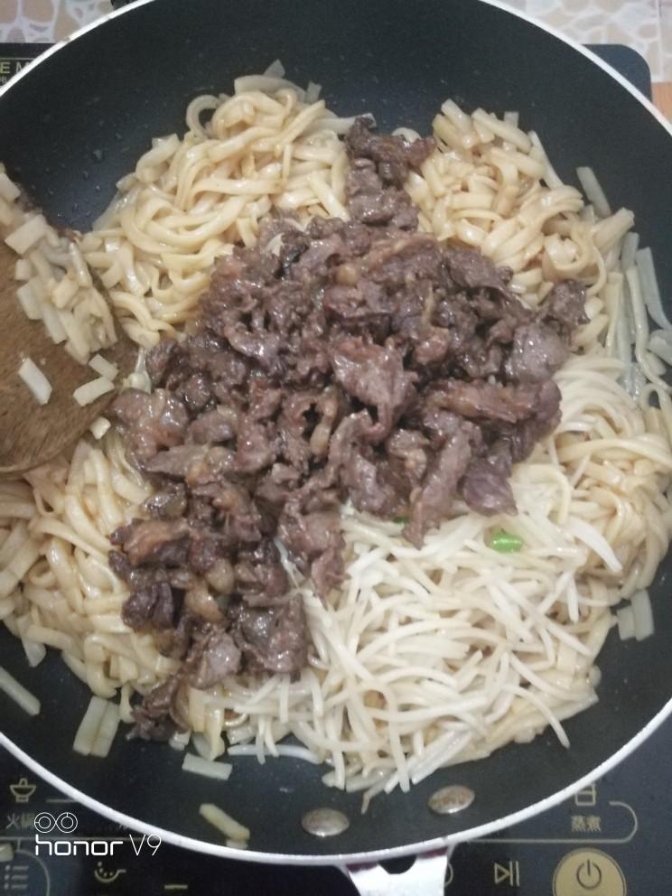 干炒河粉(粿条),放入炒好的牛肉和豆芽,炒均匀,关火,出锅