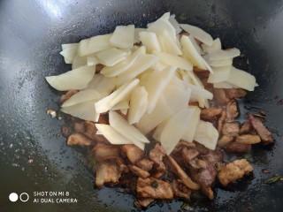 家常五花肉炒土豆,放入土豆片。如果太干就加入一点点热水,不要加多了。不然就成了炖土豆片。