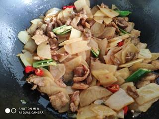家常五花肉炒土豆,翻炒至土豆片熟即可。