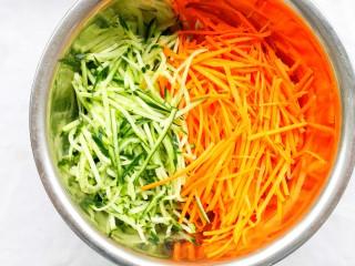 酸辣爽口的凉拌鸡丝,加入黄瓜和胡萝卜丝。