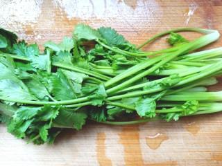 黄瓜腐竹大拌菜,香菜摘好洗净