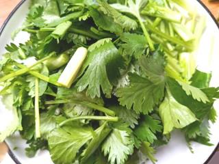 黄瓜腐竹大拌菜,切段备用