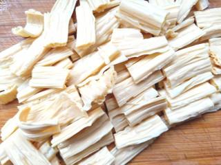 黄瓜腐竹大拌菜,泡发好,切段