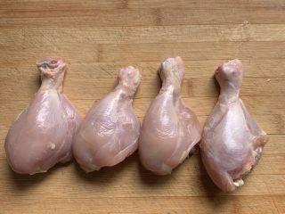 宫保鸡丁,鸡腿去皮,很容易,一拉就下来了,再用剪刀剪去筋膜,切成小块。