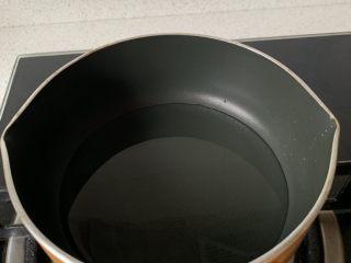 棉花蛋糕,奶锅中加入玉米油,小火烧热至边沿冒小泡,离火