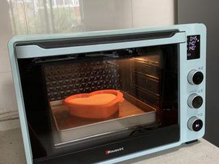 棉花蛋糕,放入预热好的烤箱,下层,上下火140度70分钟左右。