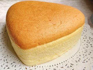 棉花蛋糕,震出热气,晾凉脱模