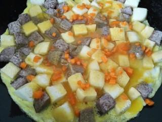 蛋煎三色馒头,小火慢煎然后撒上胡萝卜粒