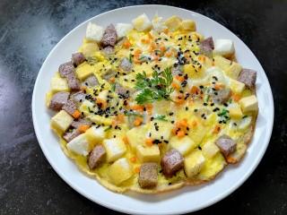 蛋煎三色馒头,装盘放上香菜点缀
