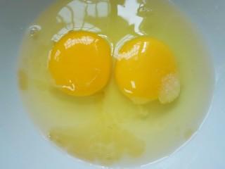 蛋煎三色馒头,加入少许黄酒去腥