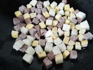 蛋煎三色馒头,锅内放适量油烧热,将馒头粒煎一下这样会更脆