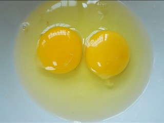 蛋煎三色馒头,鸡蛋打两个在碗内
